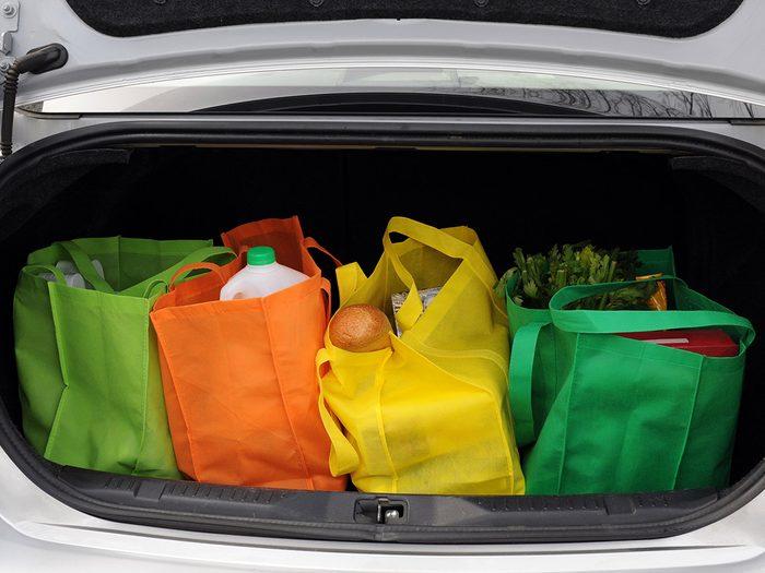 Les sacs réutilisables font partie des objets très utiles à garder dans sa voiture.