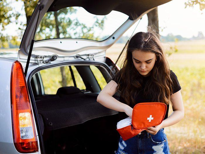 La trousse de premiers soins fait partie des objets très utiles à garder dans sa voiture.
