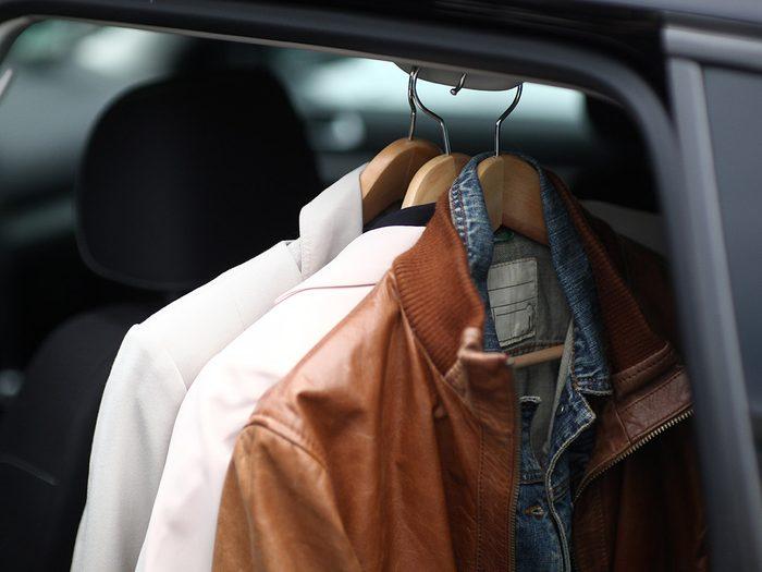 Les vêtements d'appoint font partie des objets très utiles à garder dans sa voiture.