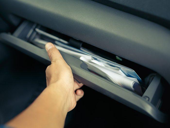Les papiers importants font partie des objets très utiles à garder dans sa voiture.