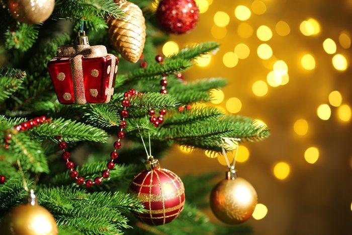 Vérifiez les lumières du sapin de Noël en avance