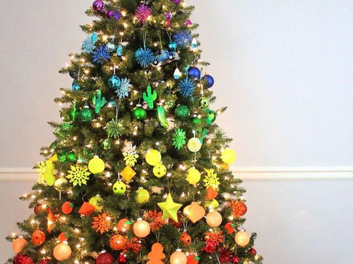 Reproduire un arc-en-ciel dans l'arbre de Noël.