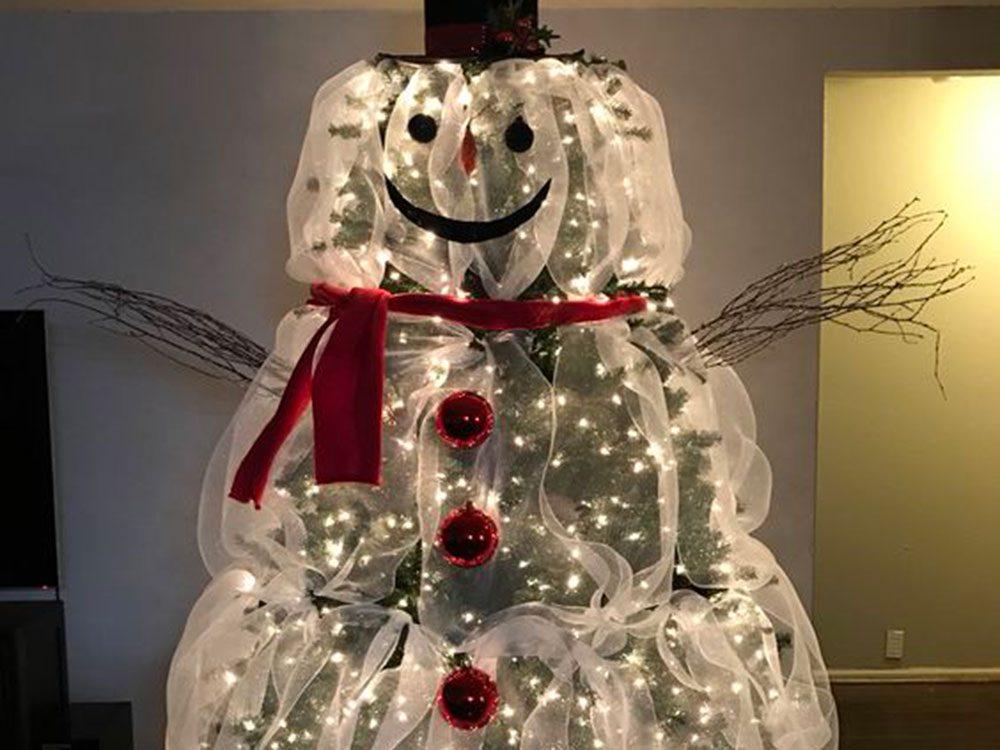 Transformer son sapin de Noël en un personnage géant.