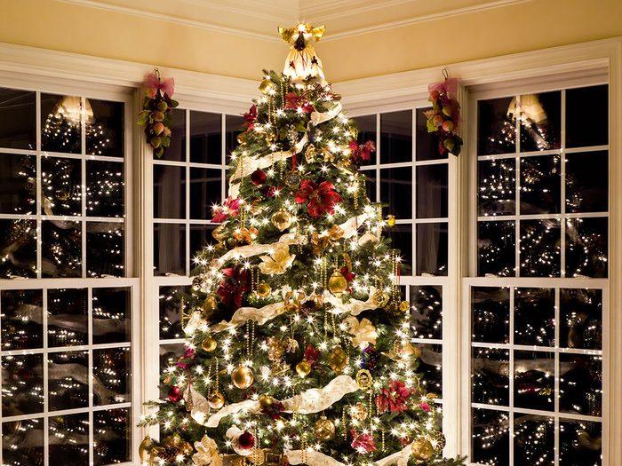 Jouer avec des rubans dans son sapin de Noël.