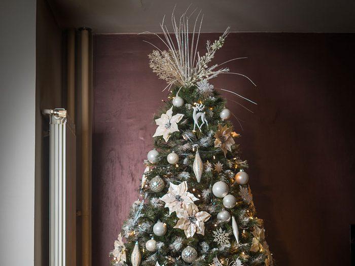 Planter des branches dans le sapin de Noël pour un effet réaliste.