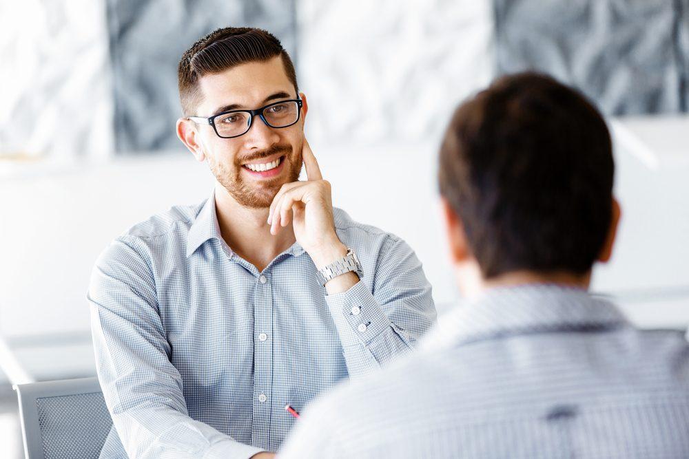 Si votre interlocuteur n'arrive toujours pas à se détendre, facilitez-lui la vie.