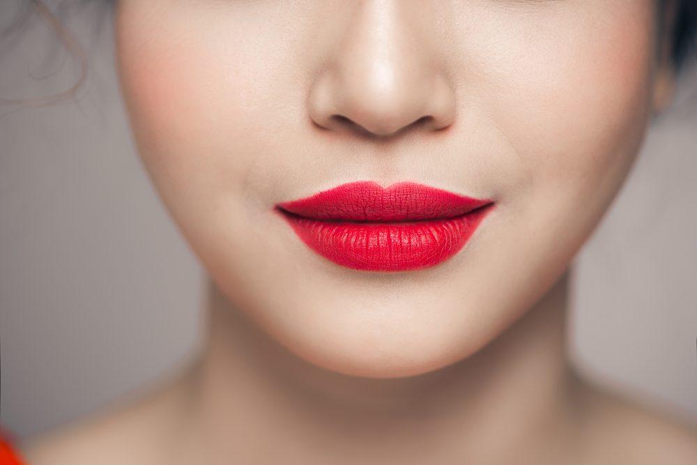 Utiliser un coton-tige peut aider à mieux maquiller sa bouche.