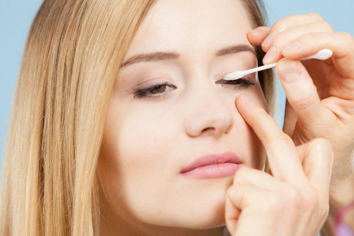 Un coton-tige est très utile pour enlever des traces de mascara.