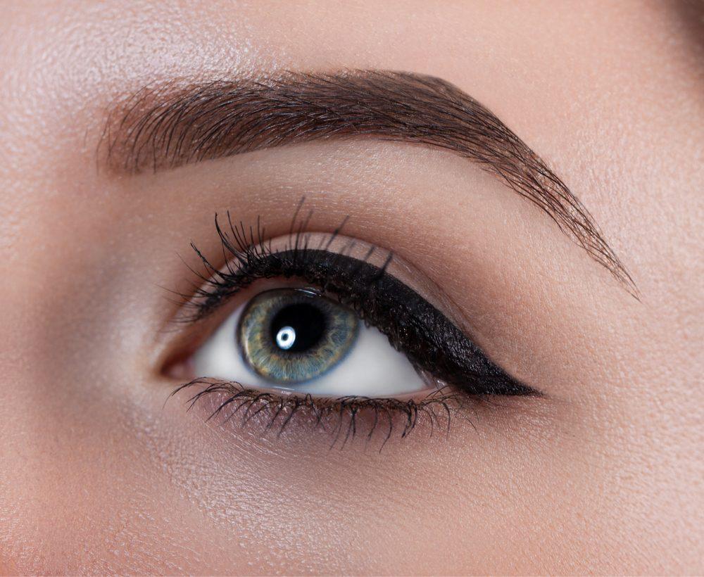 On peut améliorer l'apparence de ses sourcils grâce à un coton-tige.