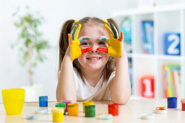 Utiliser un coton-tige peut aider les enfants à apprendre à peindre.