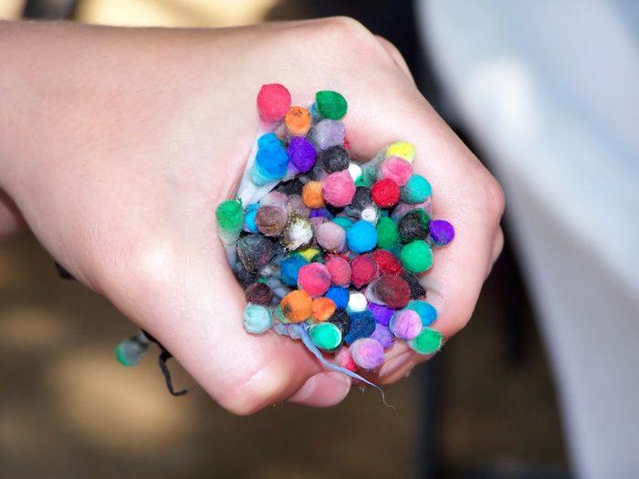 Un coton-tige peut servir de pinceau à un enfant.