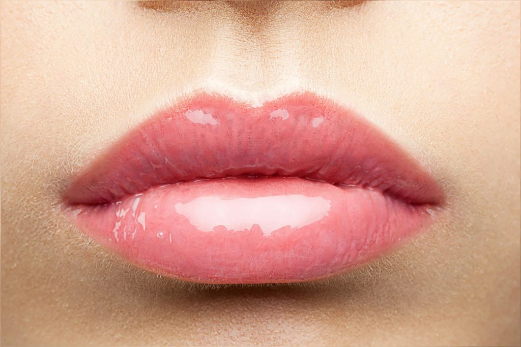 Mettre trop de brillant à lèvres
