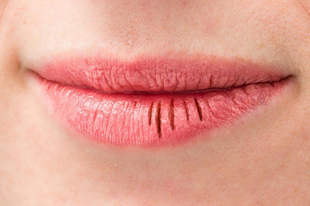 Porter des rouges à lèvres qui déshydratent