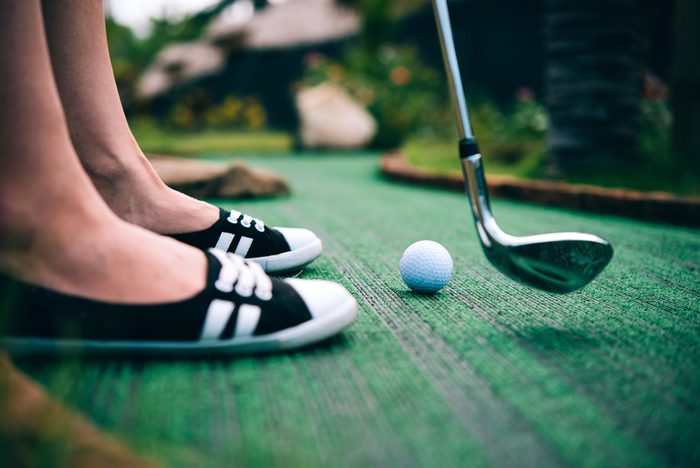 Jouer au mini-golf