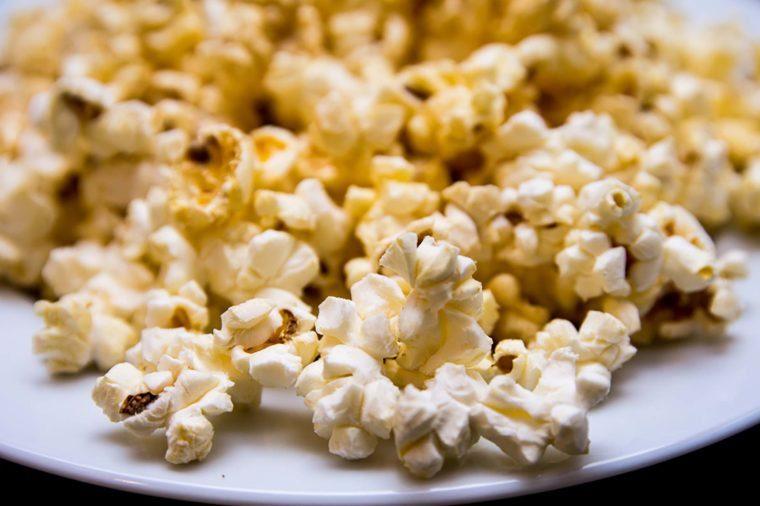 Des produits chimiques dans le maïs soufflé pour four micro-ondes