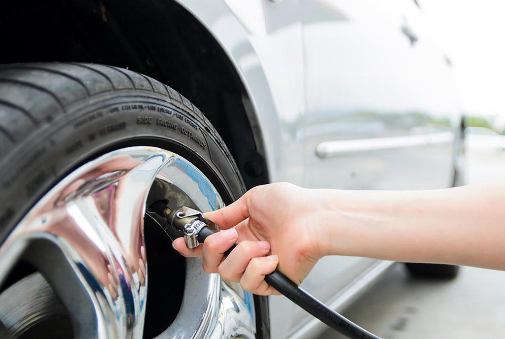 Maintenez la bonne pression de pneus