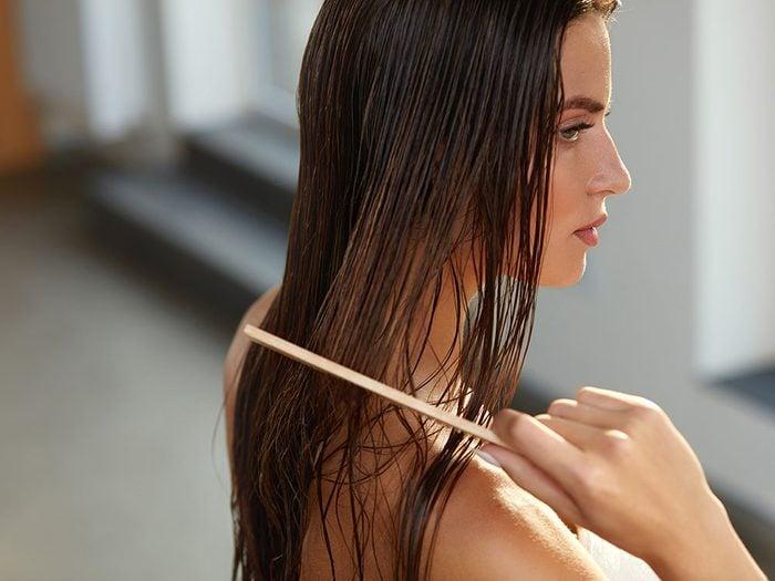 Les bienfaits du curcuma stimulent la croissance des cheveux.