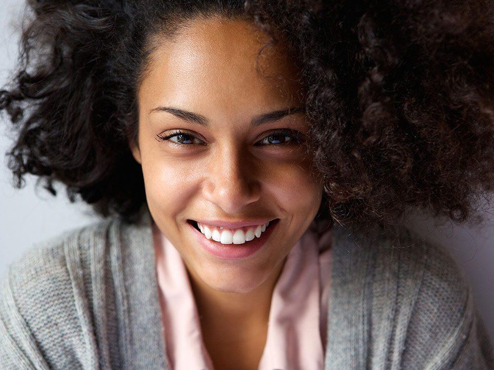 Les bienfaits du curcuma permettent de blanchir les dents.