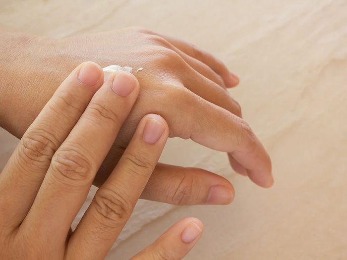 Les bienfaits du curcuma permettent d'hydrater et de revitaliser la peau sèche.