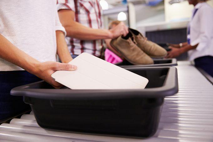 Aéroport : passer le contrôle de sûreté avec vos appareils électroniques