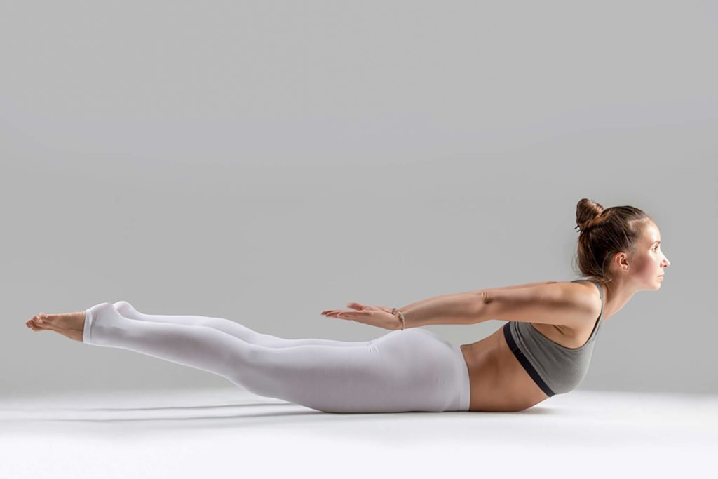 Yoga: posture de la sauterelle