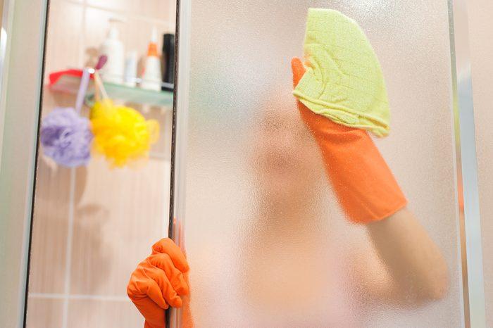 L'enduit à cuisson déloge les résidus de savon dans la douche.