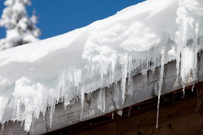 Déneiger un toit : limiter les dangers