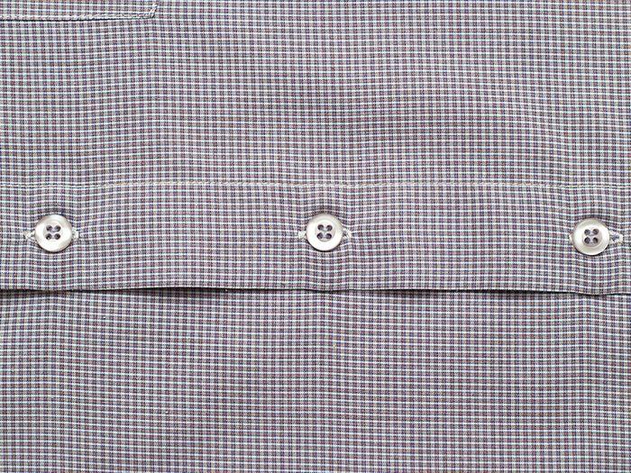 Conseils pratiques pour faire durer plus longtemps vos vêtements préférés tels que les chemises habillées.