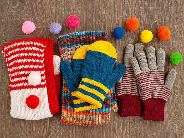 Conseils pratiques pour faire durer plus longtemps vos vêtements préférés tels que les écharpes et chapeaux tricotés.