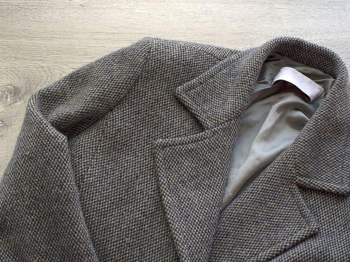 Conseils pratiques pour faire durer plus longtemps vos vêtements préférés tels que les chemises, vestons et pantalons en laine.