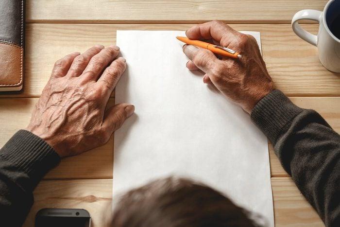 Parmi les premiers symptômes de l'Alzheimer, on remarque la difficulté à trouver le bon mot dans les conversations et sur papier.