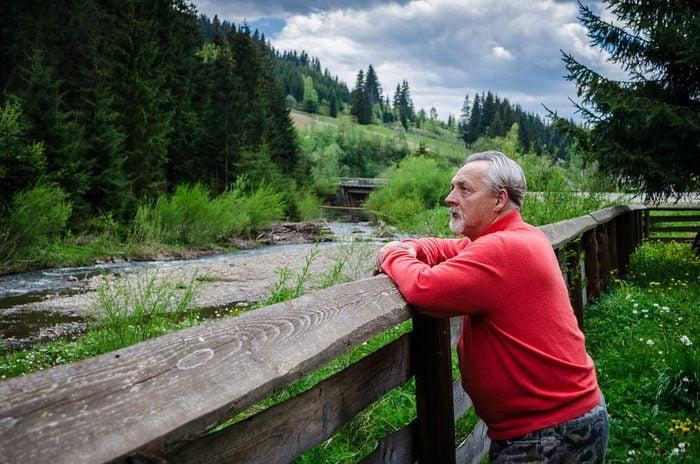 Maladie d'Alzheimer : l'envie de fuir les évènements sociaux est un symptôme d'Alzheimer.