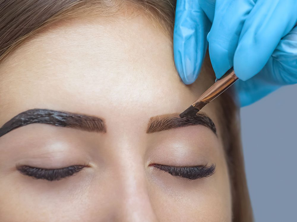 Maquillage des sourcils: évitez de les colorer avecune mauvaise teinte.