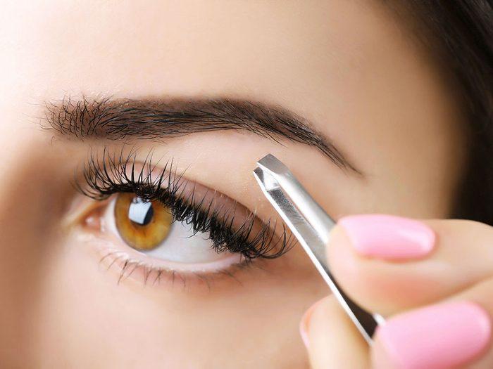 Maquillage des sourcils: évitez de les épiler à l'excès.