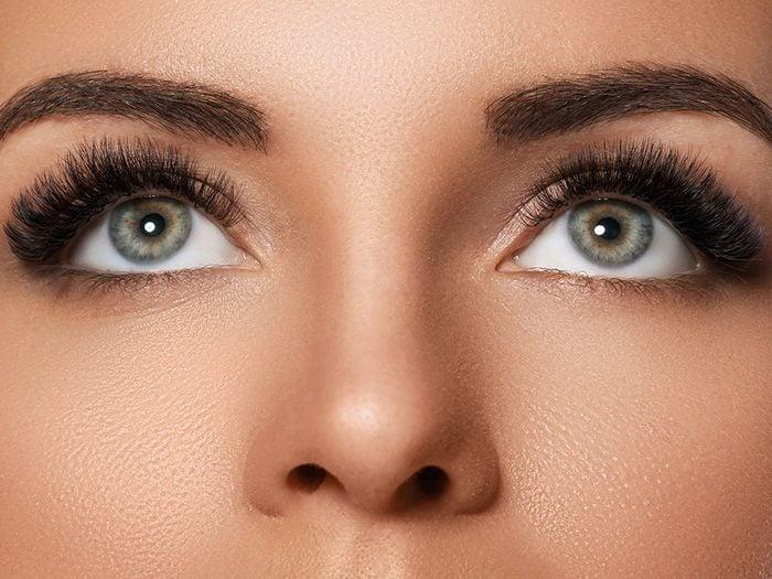 Maquillage des sourcils: évitez de laisser trop d'espace.