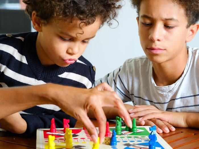 Proposez aux enfants de jouer pendant la relâche.