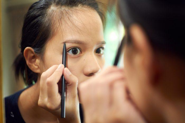 Des sourcils trop clairsemé peuvent être corrigés en utilisant un crayon.