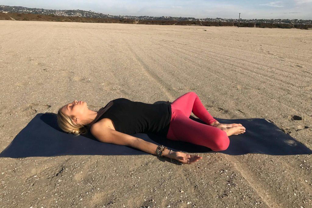 Position de relaxation sur le dos, jambes ouvertes