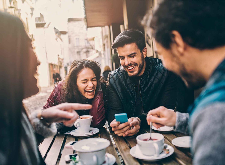Les gens charismatiques ont un sens de l'autodérision et n'ont pas peur de rire d'eux même.