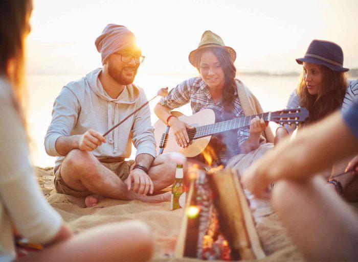 Les gens charismatiques vont tenter de trouver les intérêts qu'ils ont en commun avec les autres.