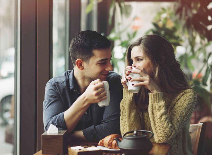 Les gens charismatiques sont attentifs au nom verbal et au langage corporel.