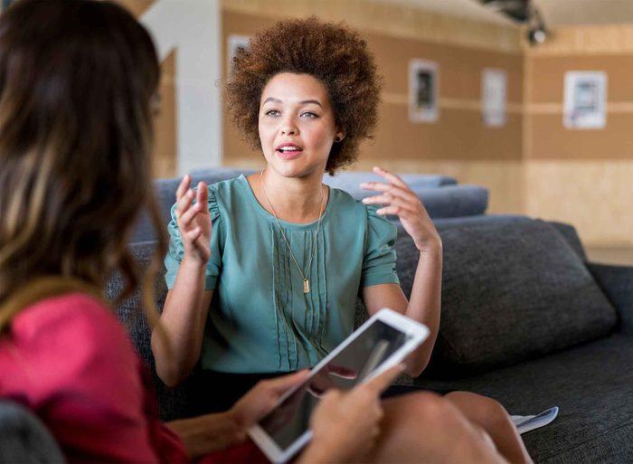 Les gens charismatiques ne placent pas des noms connus dans la conversation.