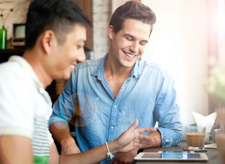 Les gens charismatiques écoutent beaucoup les gens avec qui ils parlent.