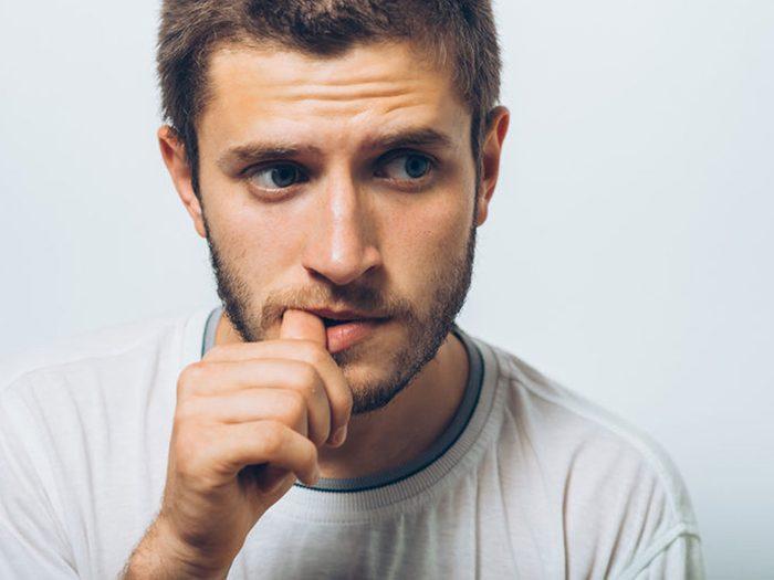 Quand quelqu'un évite votre regard alors que vous lui posez une question simple, soyez sur vos gardes, il est peut-être entrain de vous mentir.