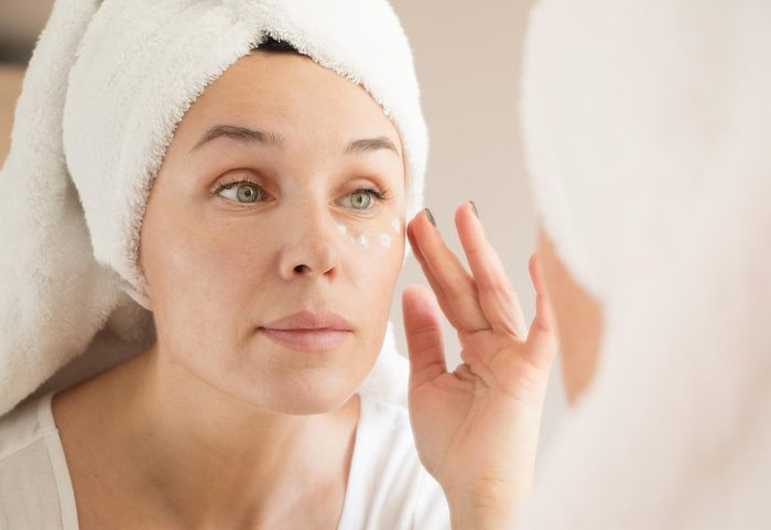 Pour réduire l'apparence des yeux cernés, utilisez de la crème contre les hémorroïdes.