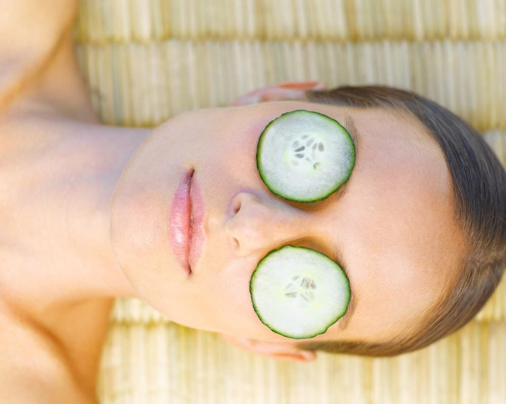 Des tranches de concombres appliquées sous vos yeux aident à réduire l'apparence de vos yeux cernés.