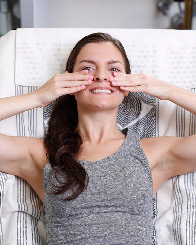 Exercice 1: raffermir le contour des yeux et des joues