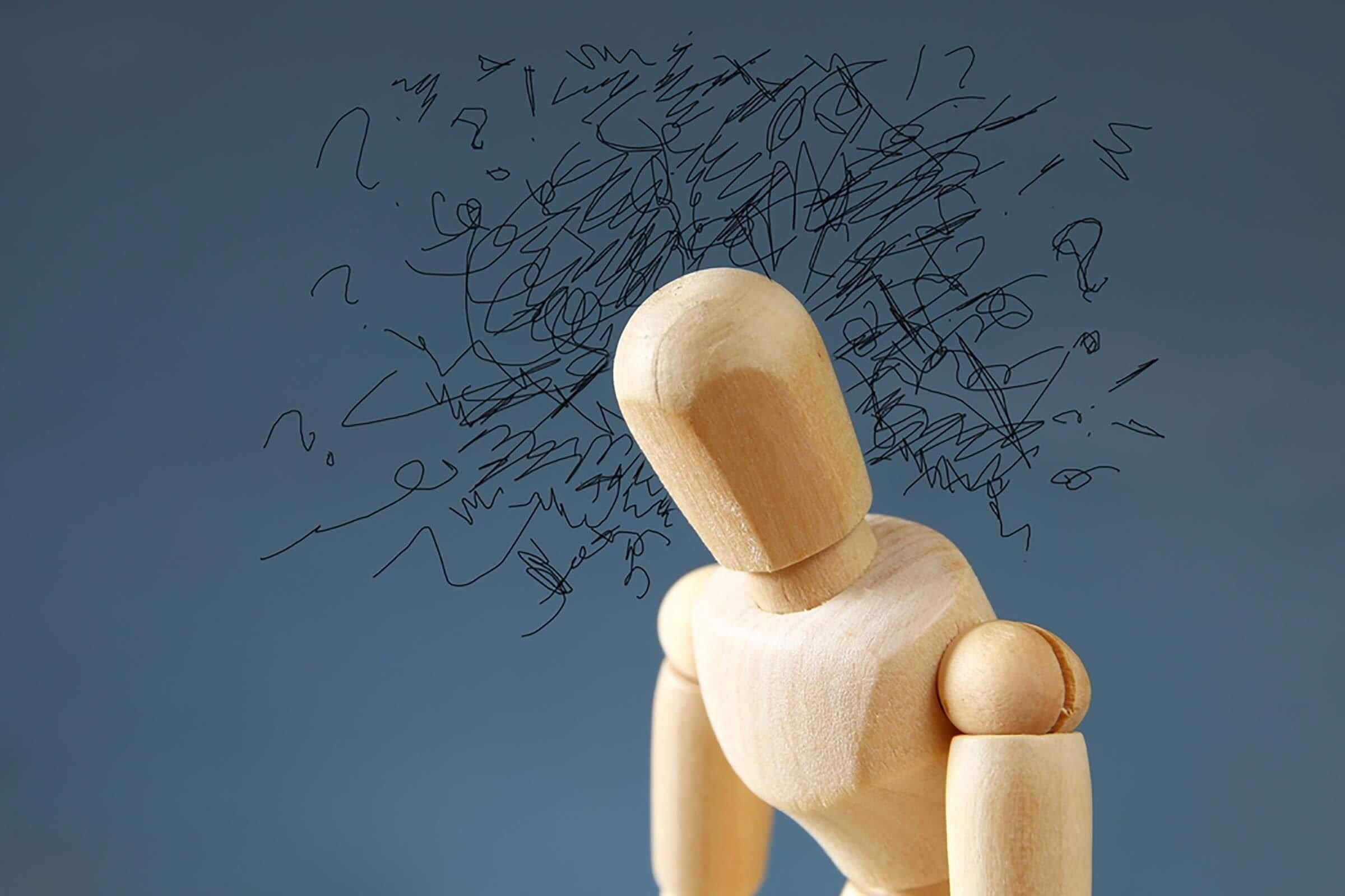 Bonhomme articulé en bois pour représenter le trouble obsessionnel-compulsif.