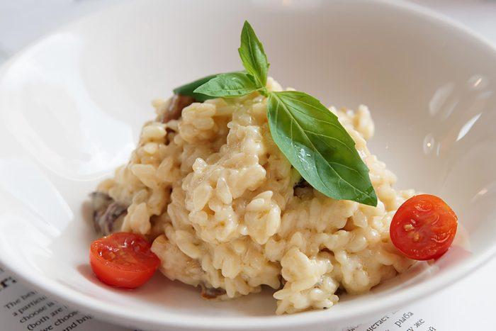 Portion de risotto dans une assiette.
