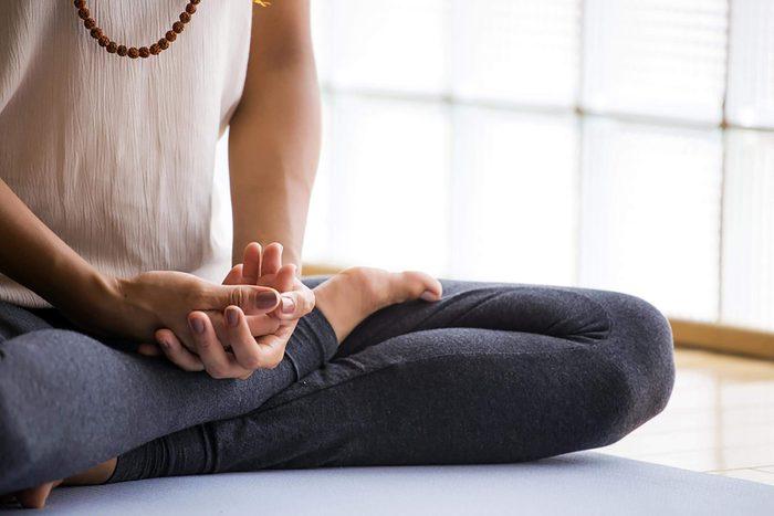 Personne en position de méditation.